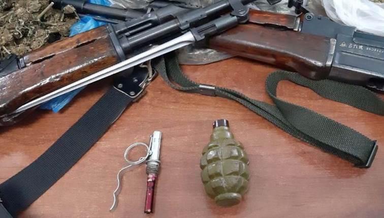 Κρήτη : Οπλοστάσιο με καλάσνικοφ, χειροβομβίδες και… κοκαΐνη σε στάνη | tovima.gr
