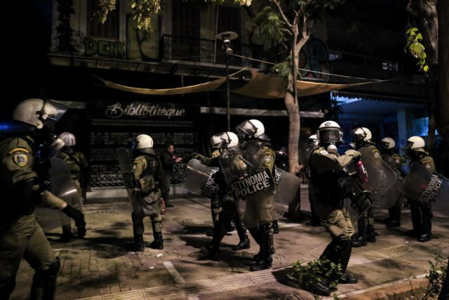 Πολυτεχνείο 2019: Απρόκλητη αστυνομία βία κατά 18χρονου φοιτητή | tovima.gr