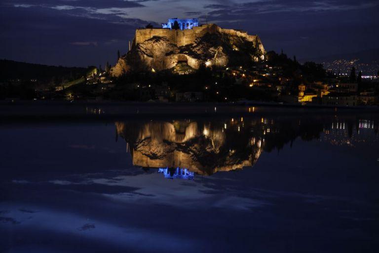 Ακρόπολη: Φωταγωγήθηκε μπλε για τα Δικαιώματα του Παιδιού | tovima.gr