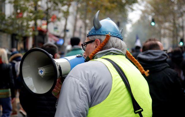 Παρίσι : Η  πρώτη δίκη αστυνομικού για βιαιοπραγίες κατά των κίτρινων γιλέκων   tovima.gr