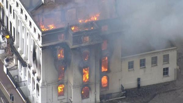 Μεγάλη πυρκαγιά στη Βρετανία – Καίει ξενοδοχείο | tovima.gr