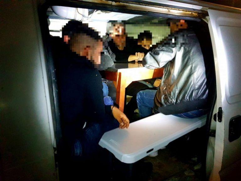 Χίος : Έλληνας διακινητής έκρυβε μετανάστες στο όχημά του | tovima.gr