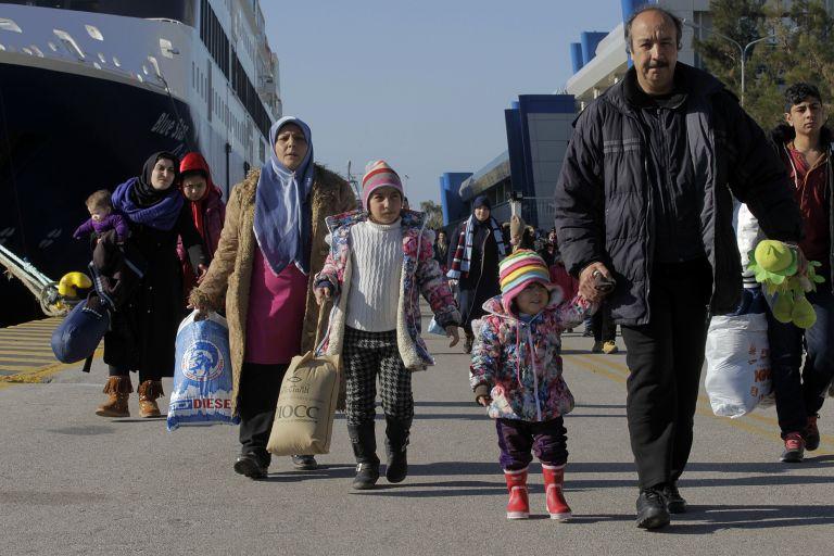 Στο λιμάνι του Πειραιά 72 πρόσφυγες από νησιά του Αιγαίου | tovima.gr