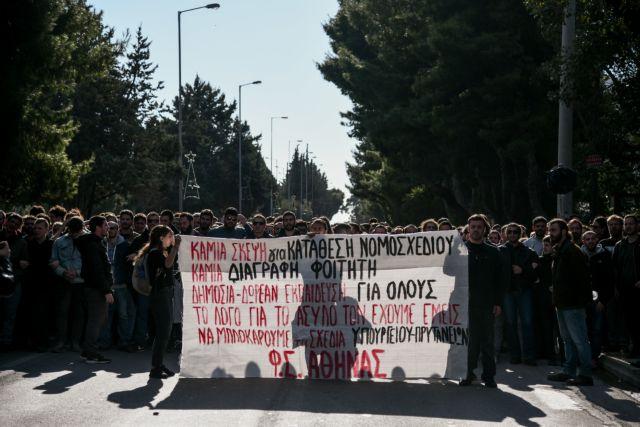Φοιτητές έκλεισαν την Ποσειδώνος στο Καβούρι | tovima.gr
