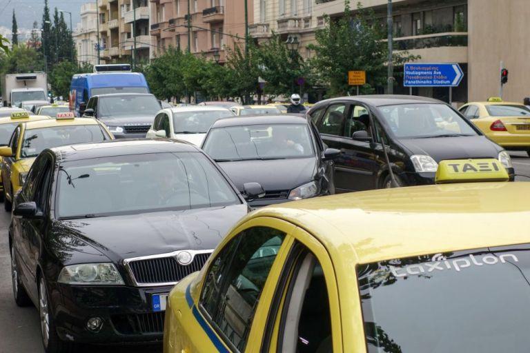 Black Friday : Οδηγοί εγκλωβίστηκαν στα πάρκινγκ των εμπορικών κέντρων | tovima.gr