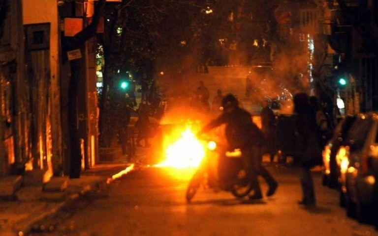 Εξάρχεια: Επιθέσεων συνέχεια – Πέταξαν μολότοφ κατά των ΜΑΤ   tovima.gr