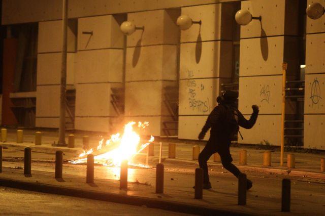 Κλεφτοπόλεμος με τις αστυνομικές δυνάμεις στα Εξάρχεια | tovima.gr