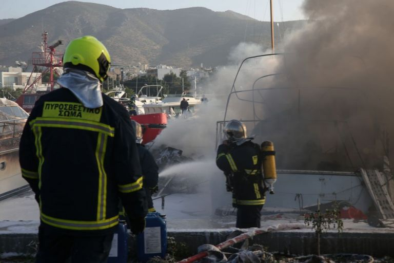 Φωτιά με εγκλωβισμένο σε διαμέρισμα στην Καλλιθέα | tovima.gr