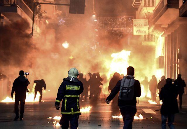Επεισόδια στα Εξάρχεια πριν το μνημόσυνο για τον Γρηγορόπουλο (live) | tovima.gr