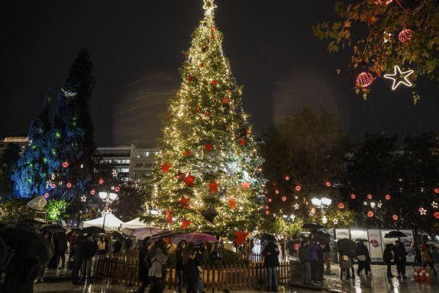 Φωταγωγήθηκε το χριστουγεννιάτικο δένδρο στην πλατεία Συντάγματος | tovima.gr