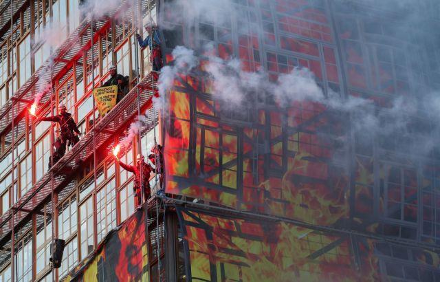 Κλιματική αλλαγή:  «Φωτιά» στο κτίριο του Ευρωπαϊκού Συμβουλίου από ακτιβιστές | tovima.gr