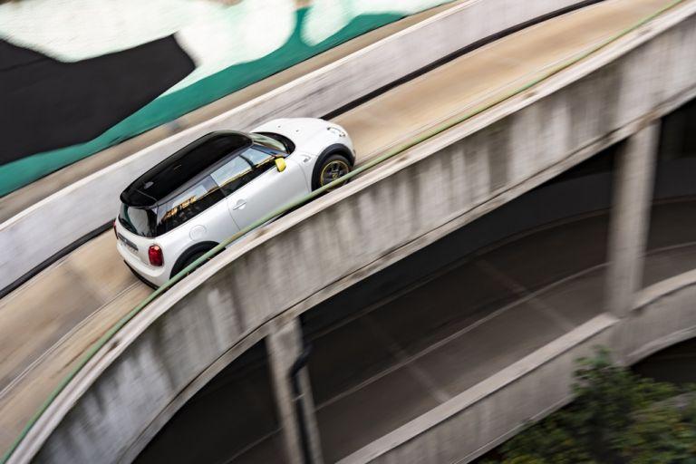 Απόδραση με το νέο Mini Cooper SE | tovima.gr