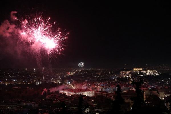 Με βροχή πυροτεχνημάτων υποδέχτηκε το 2020 η Αθήνα | tovima.gr