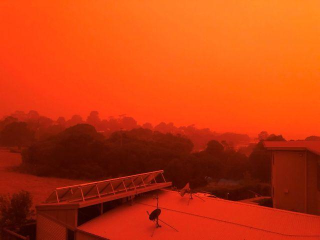Αυστραλία: Συγκλονίζουν οι εικόνες από την πύρινη λαίλαπα – «Βάφτηκαν» τα πάντα πορτοκαλί | tovima.gr