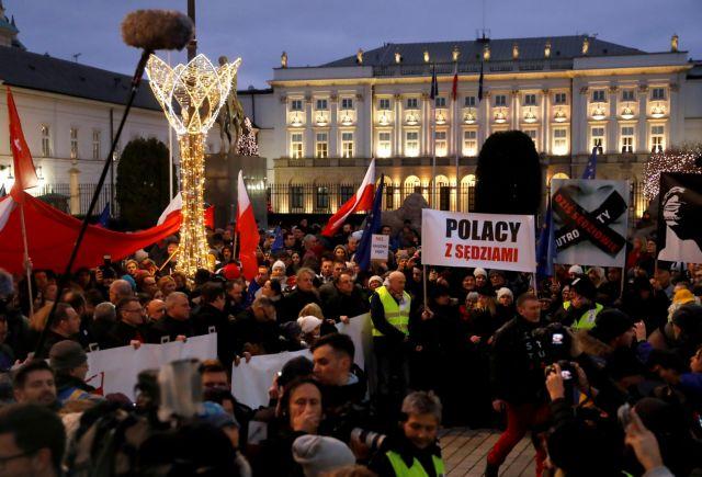 Πολωνία: Στους δρόμους κατά του περιορισμού της δικαστικής εξουσίας | tovima.gr