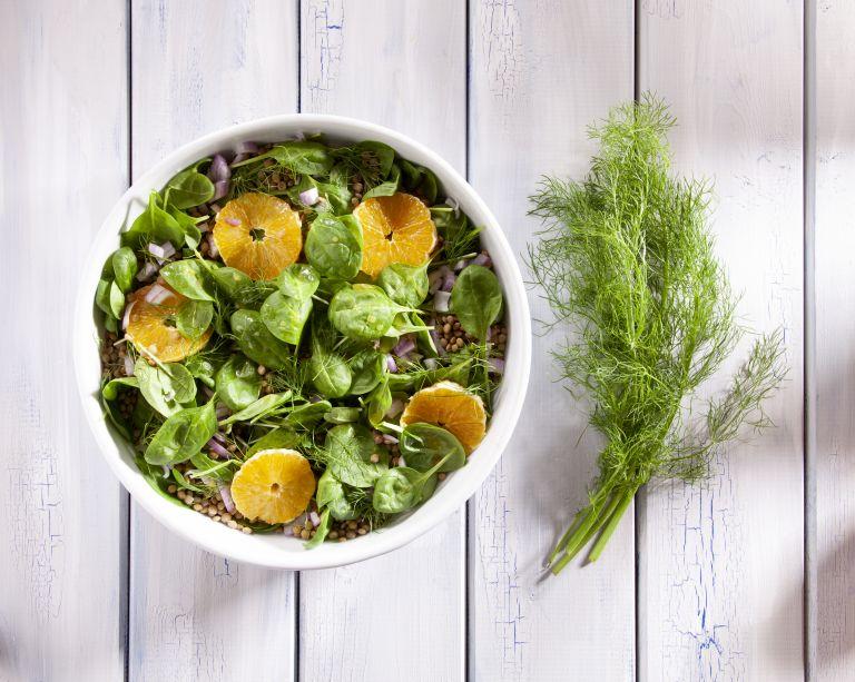 Σαλάτα με σπανάκι, πορτοκάλι, μάραθο και φακές   tovima.gr