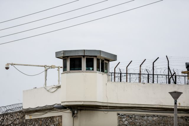 Κρατούμενος καταγγέλλει ότι έβγαλε όγκο στο κεφάλι από χτύπημα αστυνομικού | tovima.gr