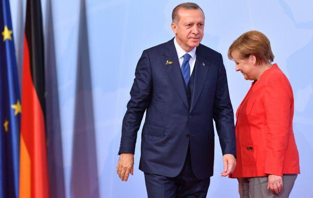 Έξαλλη η Μέρκελ μετά τη διαρροή της ΕΕ για «ψαλίδι» στα τουρκικά κονδύλια | tovima.gr