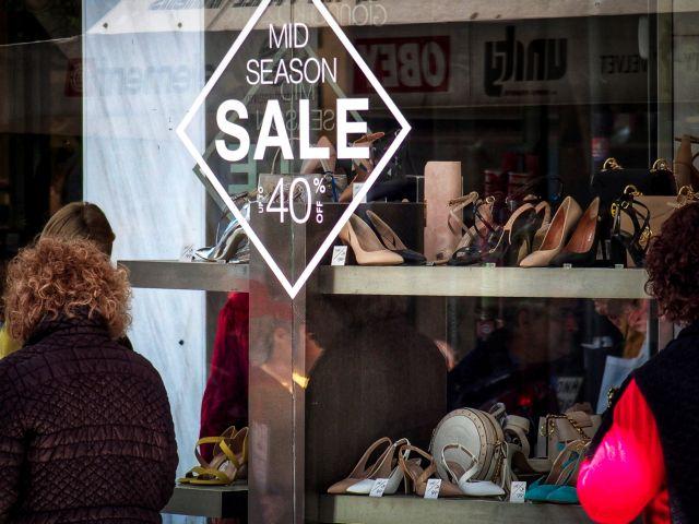 Χειμερινές εκπτώσεις: Ανοιχτά σήμερα τα εμπορικά καταστήματα | tovima.gr