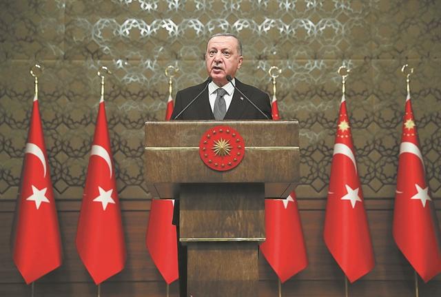 Σε περιδίνηση η τουρκική οικονομία, καταρρέει η λίρα | tovima.gr