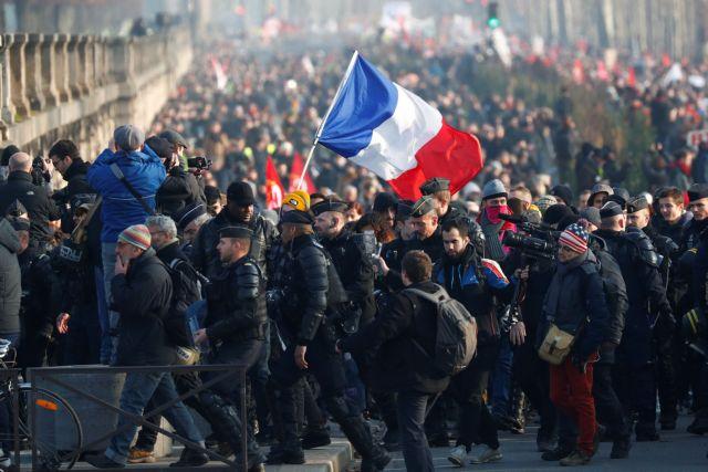 Σε απεργιακό κλοιό η Γαλλία για το νέο συνταξιοδοτικό | tovima.gr