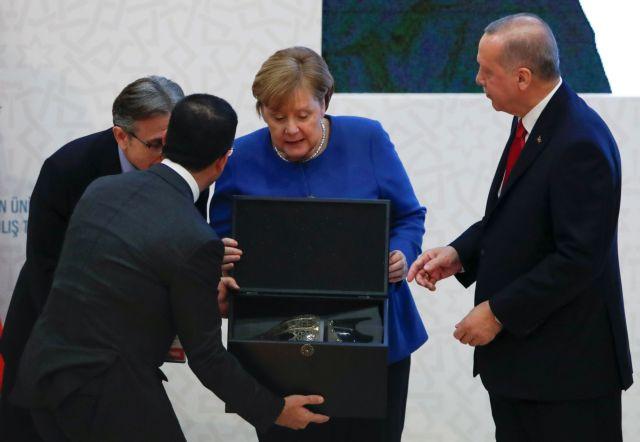 Οταν η Καγκελάριος ενθουσιάστηκε με το δώρο του Σουλτάνου | tovima.gr