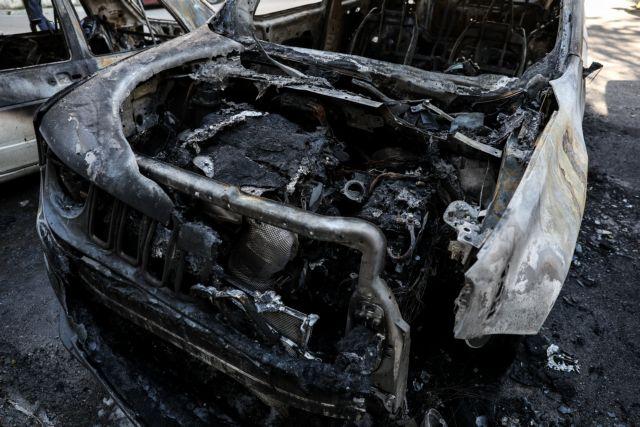 Πετρούπολη: Νέα εμπρηστική επίθεση, έκαψαν δύο αυτοκίνητα   tovima.gr