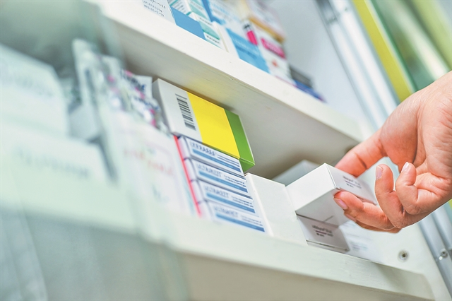 Αδειάζουν τα ράφια των φαρμακείων από αντιγριπικά   tovima.gr