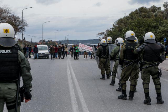Συλλήψεις ακροδεξιών με κράνη και ρόπαλα στη Μόρια | tovima.gr
