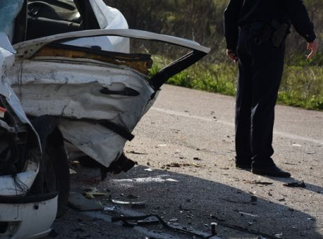 Ένας νεκρός και δύο τραυματίες σε τροχαίο στη λεωφόρο Σχιστού | tovima.gr