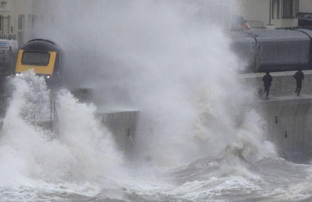 Καταιγίδα «Κιάρα»: Σε πορτοκαλί συναγερμό η Βρετανία για πλημμύρες – Ακυρώθηκαν πτήσεις | tovima.gr