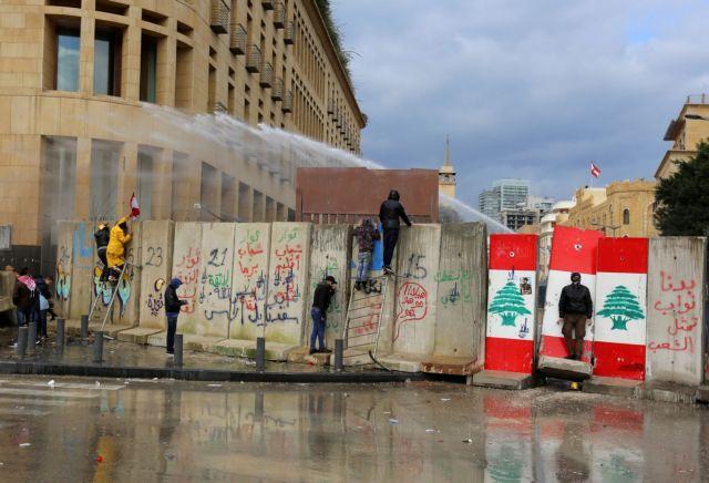 Βηρυτός: Συγκρούσεις μεταξύ αστυνομίας και διαδηλωτών έξω από το Κοινοβούλιο (εικόνες)   tovima.gr