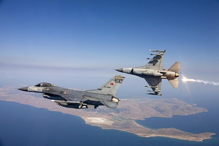 Toυρκικά F-16 πέταξαν ξανά πάνω από Οινούσσες και Παναγιά | tovima.gr