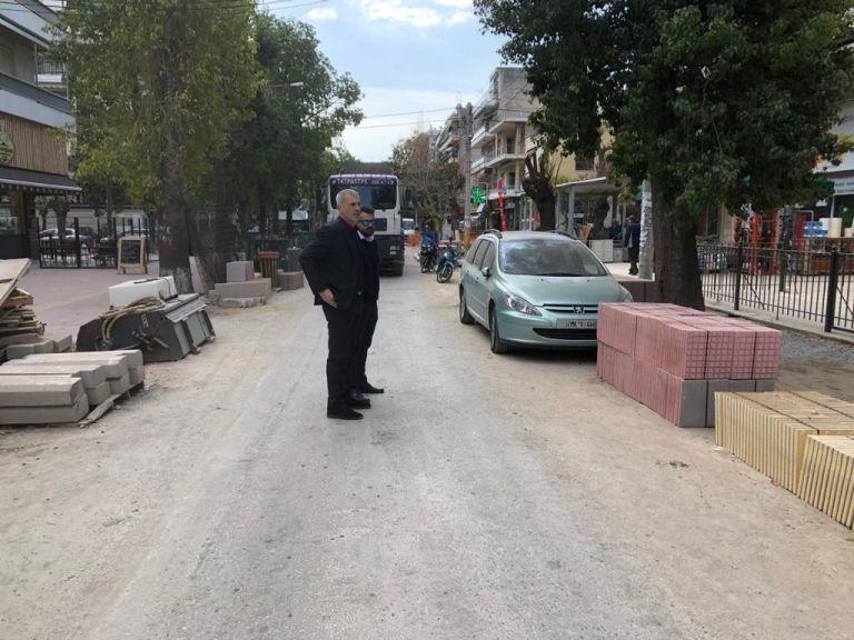 Αυτοψία Γ. Μώραλη στις εργασίες ανάπλασης της οδού Ειρήνης στο Νέο Φάληρο | tovima.gr