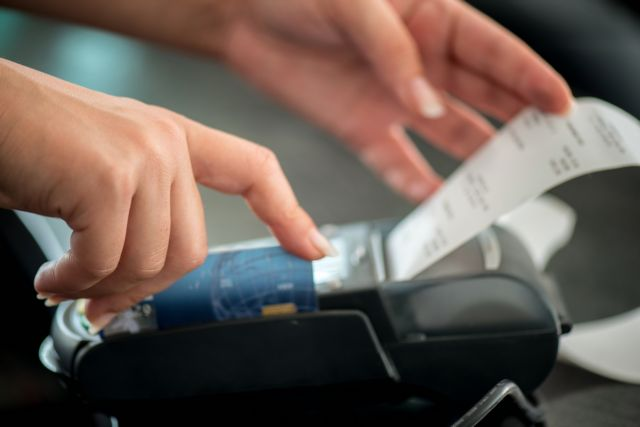 Αποδείξεις: Ποιοι φορολογούμενοι κινδυνεύουν με επιπλέον φόρο 22% | tovima.gr