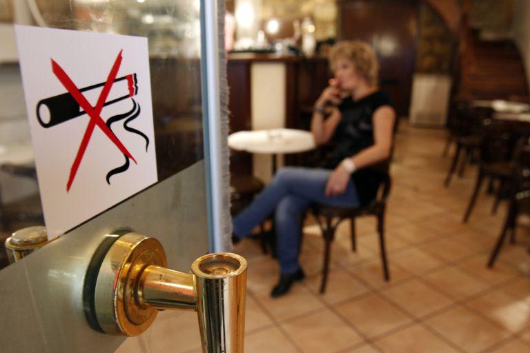 Εντατικοί έλεγχοι για τον αντικαπνιστικό – Πάνω από 58.000 ευρώ τα πρόστιμα σε δύο εβδομάδες | tovima.gr