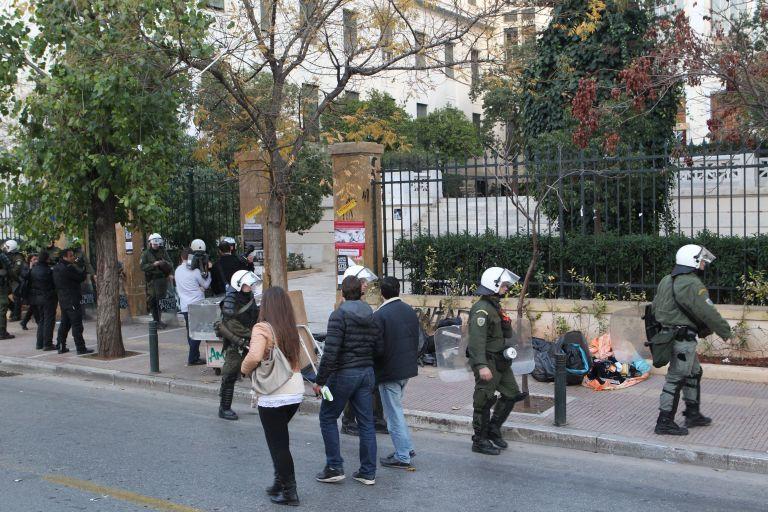 Eνταση έξω από το Οικονομικό Πανεπιστήμιο σε επιχείρηση της ΕΛ.ΑΣ για το παρεμπόριο   tovima.gr