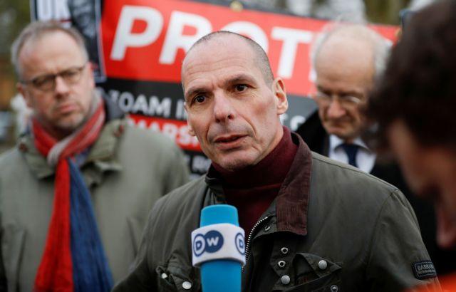 Ο Βαρουφάκης επισκέφτηκε τον Ασάνζ στη φυλακή | tovima.gr