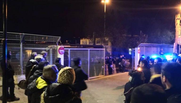 Ένταση σε Μυτιλήνη και Χίο – Αστυνομικές δυνάμεις έχουν αποκλείσει τα λιμάνια   tovima.gr