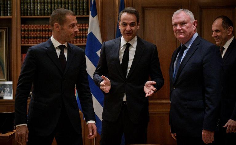 Υπογράφηκε το μνημόνιο της κυβέρνησης με UEFA και FIFA – Τι προβλέπει για το ποδόσφαιρο | tovima.gr