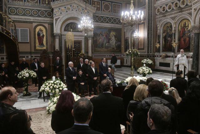 Συγκίνηση στην κηδεία του Κώστα Βουτσά | tovima.gr