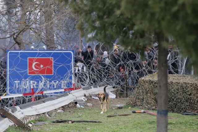Τουρκικά στρατιωτικά οχήματα συνοδεύουν λεωφορεία με πρόσφυγες στον Έβρο | tovima.gr