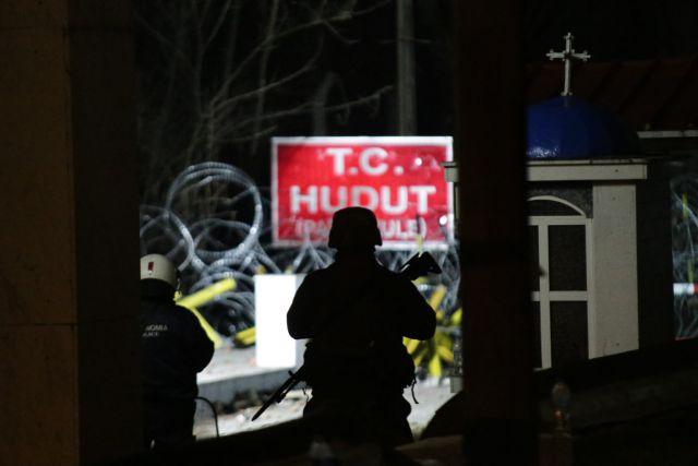 Δύσκολη νύχτα στον Έβρο- Χιλιάδες μετανάστες και πρόσφυγες παραμένουν στα σύνορα | tovima.gr