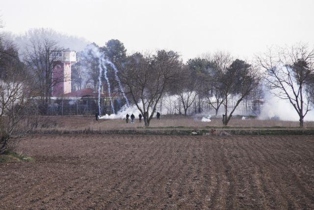 Έβρος: Τούρκοι βοηθούν πρόσφυγες να κόψουν σημεία του φράχτη | tovima.gr