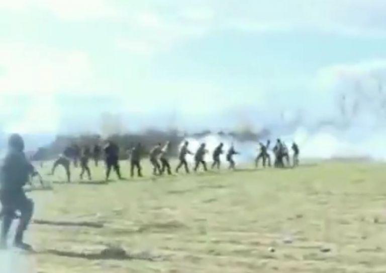 Νέο βίντεο: Δεκάδες άτομα προσπαθούν να γκρεμίσουν τμήμα του φράχτη στον Έβρο | tovima.gr