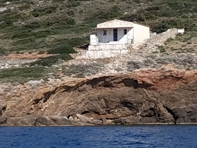 Ξεκίνησε η πρώτη κατεδάφιση στη Μακρόνησο   tovima.gr