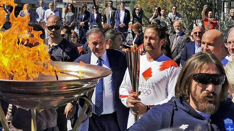 Κοσμοσυρροή για τον Τζέραλντ Μπάτλερ – Διεκόπη η Ολυμπιακή Λαμπαδηδρομία | tovima.gr