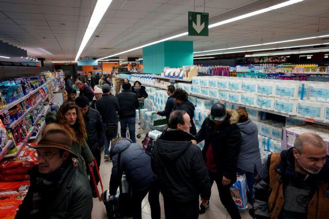 Ουρές στα σούπερ μάρκετ για απολυμαντικά και είδη πρώτης ανάγκης   tovima.gr