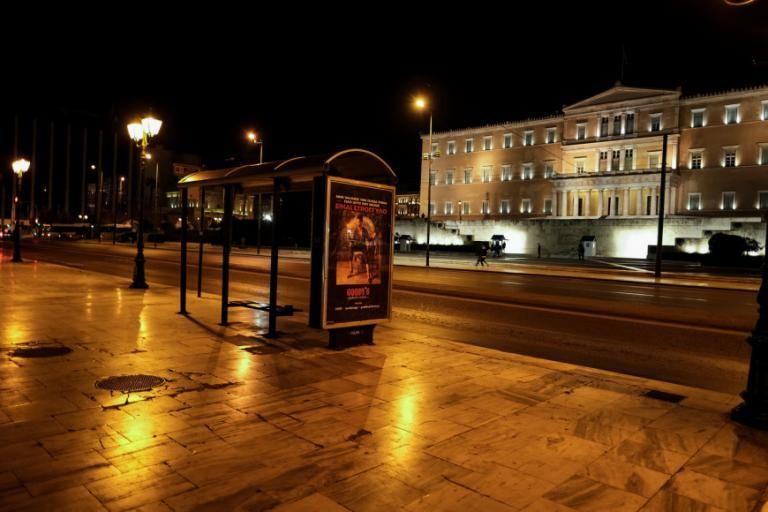Ερημη πόλη η Αθήνα το βράδυ του Σαββάτου [Εικόνες]   tovima.gr