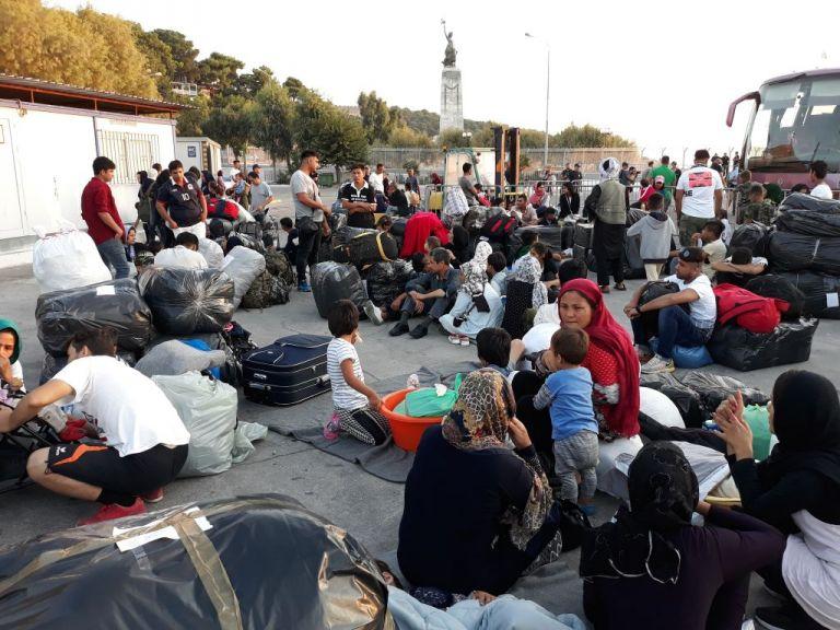 Μεταφέρονται 604 άτομα από νησιά του Αιγαίου σε κλειστή δομή της ενδοχώρας | tovima.gr